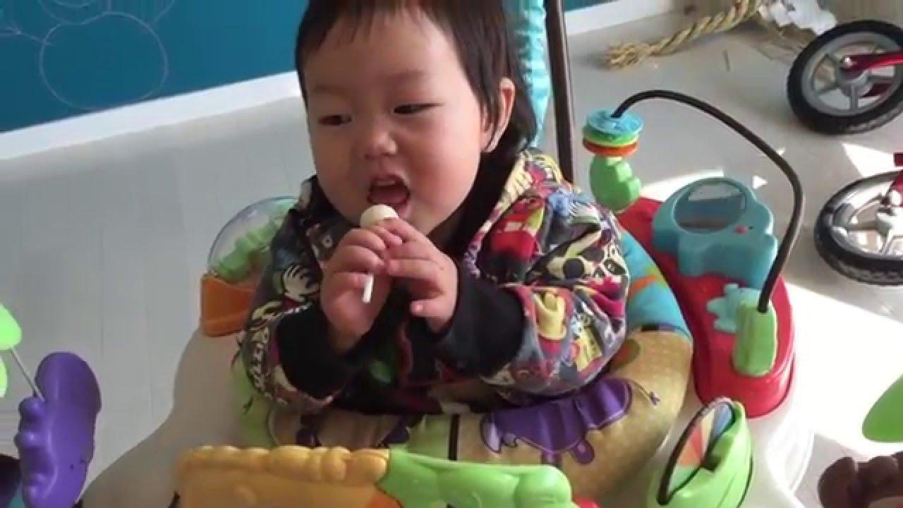 ジャンパルーでチュッパチャップスうまうま(1歳6ヶ月)