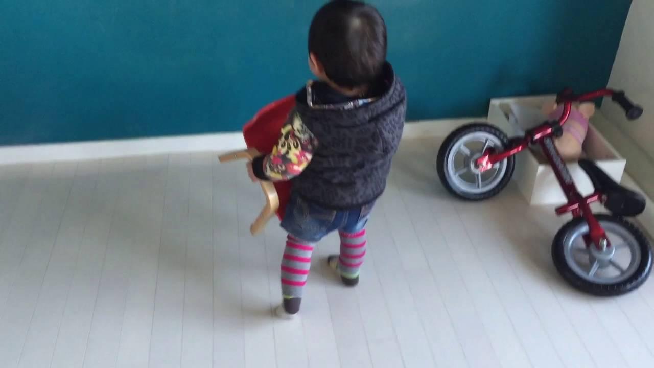 お椅子を運ぶ1歳6ヶ月幼児