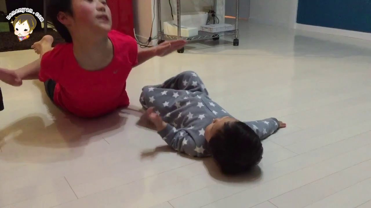 Workout baby 筋トレをする赤ちゃん 1歳7ヶ月