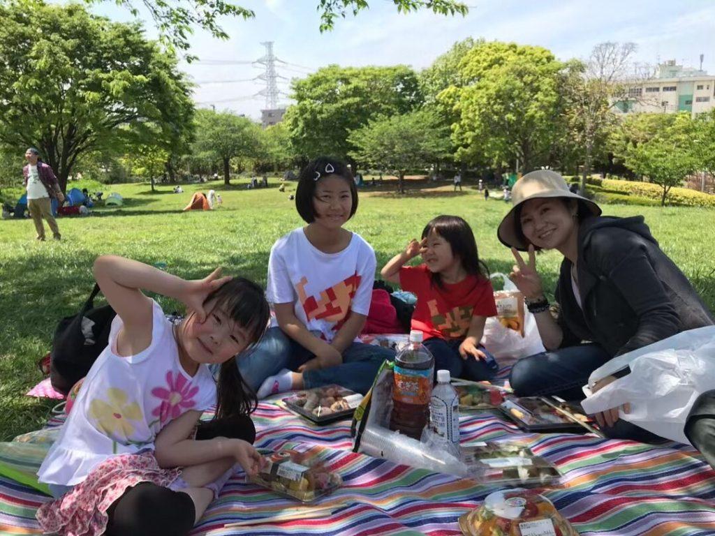 子育てマンガ スーパーねねにゃん   妹ファミリーと母と一緒にピクニック。